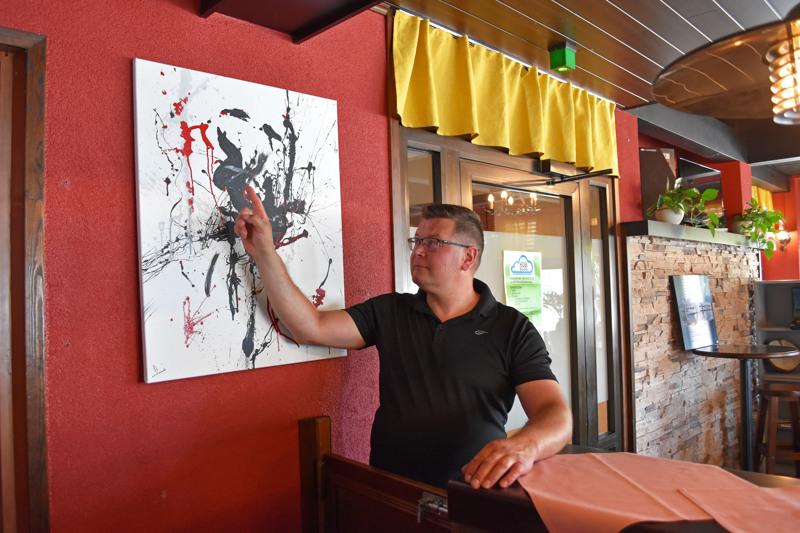 Abstraktin taiteen voi nähdä monella eri tavoin. Yrittäjä, nykyisin myös taiteilija Sami Piilola kertoo, että Kodin Helmen valikoimaan aiotaan lisätä maalaustarvikkeita.