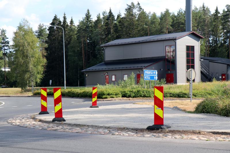 Kaustisella valtatie 13:n ja kantatie 63:n risteyksen liikenneympyrää on madallettu, että ylipitkät kuljetykset pääsevät helposti sen yli.