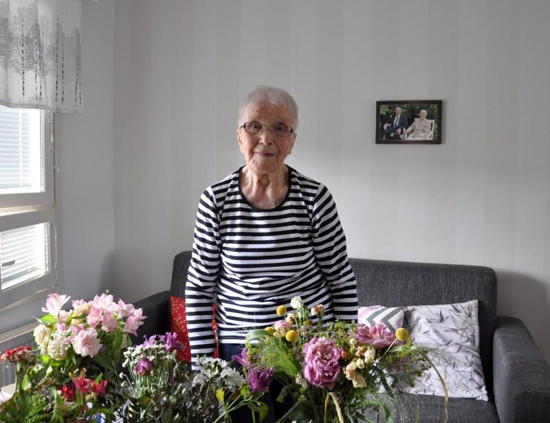 Linda Kalliokoskella riitti muistajia satavuotispäivänä. Asunto oli täynnä kukkia, joista Lindan mukaan osa oli jo keretty viedä poiskin.