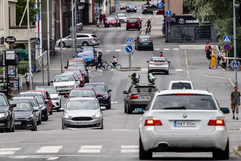 Autokauppiaat uskovat, että 14 vuoden siirtymäaika polttomoottoriautoista täysin päästöttömiin autoihin  on riittävän pitkä.