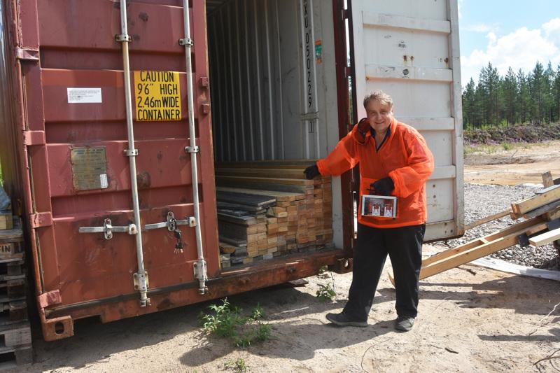 Esko Joentakanen puuhaa eläkepäiviensä harrastuksena Haapavedelle uudenlaista varastointipalvelua. Vanhoihin merikontteihin rakennettavien varastoboksien varustukseen kuuluvat otsonigeneraattorit.