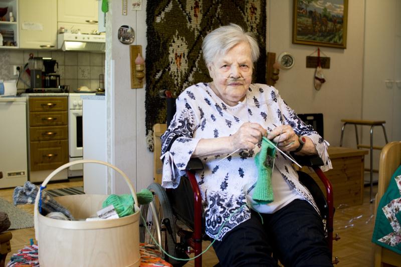 Hilda Rajamäki täytti perjantaina 90 vuotta, ja edelleen kutominen luonnistuu ilman silmälaseja.