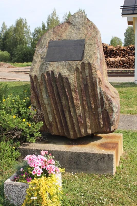 Pyhäjärviset joukot lähtivät talvi- ja jatkosotkaan tältä asemalta. Kivi on muistomerkkinä siitä.