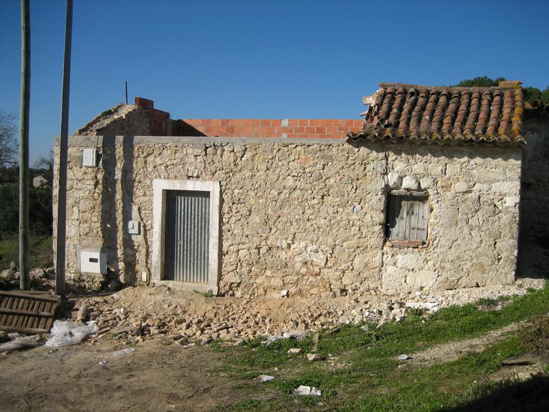 Soila Hirvonen osti Portugalin Almosterista tällaisen rauniotalon. Kuva on talon etupuolelta silloin vuonna 2004. Nykyään Hirvonen asuu tyytyväisenä aistikkaassa kodissaan.
