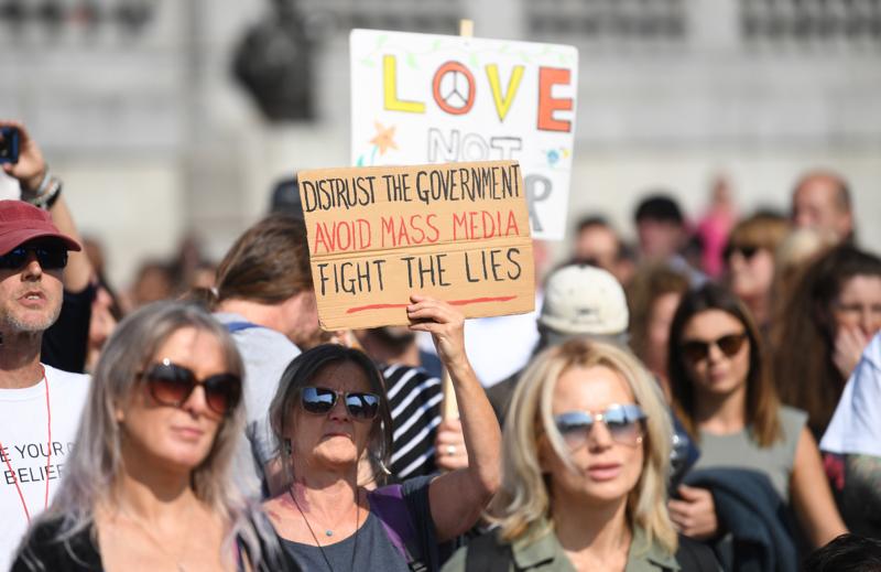 Älä luota valtiovaltaan, vältä valtamediaa, taistele valeita vastaan, kehotti kyltti Lontoossa syyskuussa 2020 järjestetyssä koronasulkua ja -rokotuksia vastustavassa mielenosoituksessa.