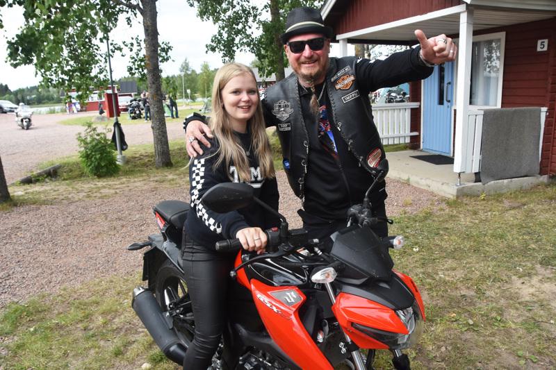 16-vuotias Veera Kangas Lapualta on Kirjavan Kierroksen nuorin motoristi. Raahelainen Imppu Flink puolestaan osallistuu tapahtumaan jo 40. kerran.