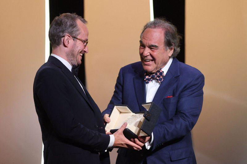 Kokkolalaissyntyinen Juho Kuosmanen voitti arvostetun Grand Prix -palkinnon Cannesin elokuvajuhlilla. Palkintoa ojentamassa Oliver Stone.
