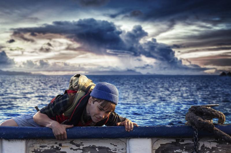 Oli synkkä ja myrskyinen yö. Pertsa (Olavi Kiiski) luotsaa seikkailua maalla, merellä ja ilmassa.