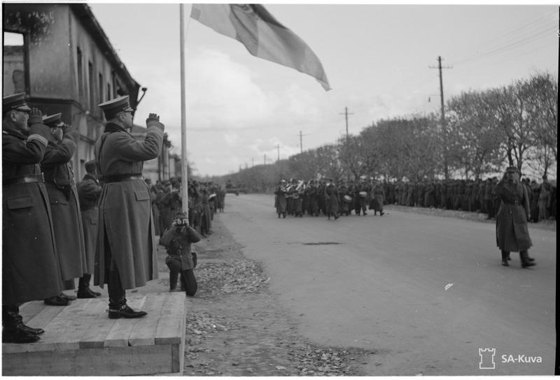 Kenraali Erik Heinrichs otti vastaan ohimarssin vallatussa Petroskoissa (Äänislinna) lokakuun alussa 1941.