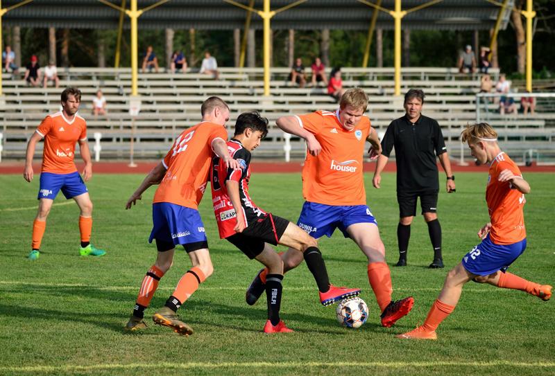 Vierasjoukkue VetU:n hyökkääjät joutuivat tiukkaan puristukseen K-Pallon pelaajen keskellä.
