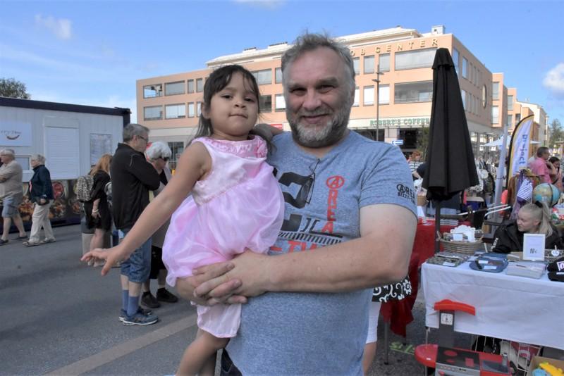 Jari Lukkarila ja tytär Lara tulivat Pietarsaareen Saudi-Arabiasta ja tuskastuivat täkäläisiin helteisiin.