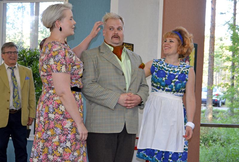 Phil (Miika Kangaskorte) on kahden naisen, Julien (Sari Latvakoski) ja Maggien (Mari Suihkonen) loukussa.