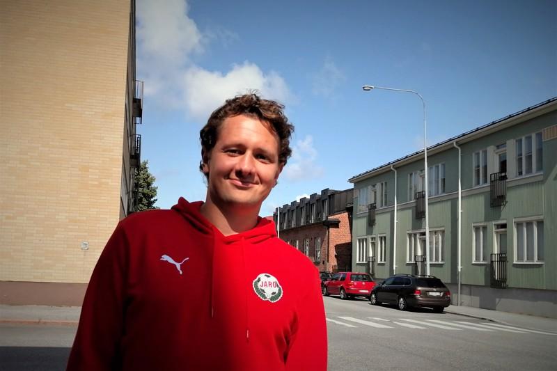 Pietarsaarelaisen edustusjalkapalloilun työn sankarin Markus Kronholmin kasvoja kaunistaa usein vieno hymy.