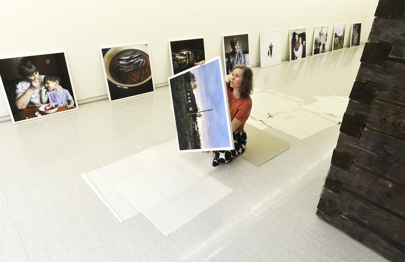 Maria Mäki ripustamassa näyttelyä kesäkuun alussa.