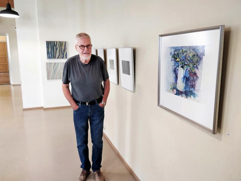 Sven Svanbäckin maalauksista ja grafiikasta rakentuu SSSSHH-näyttelyssä ajallinen kaari. Osa teoksista on uusia katsojalle, vanhoja tekijälleen - kuten Kannu ja omena (akvarelli vuodelta 1999), joka ei ole ollut aiemmin esillä.