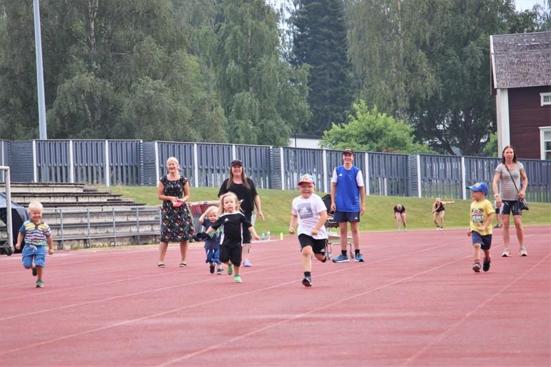Välillä katseltiin eteen, välillä taakse. Jokainen juoksija pääsi kuitenkin onnistuneesti maaliviivan yli.