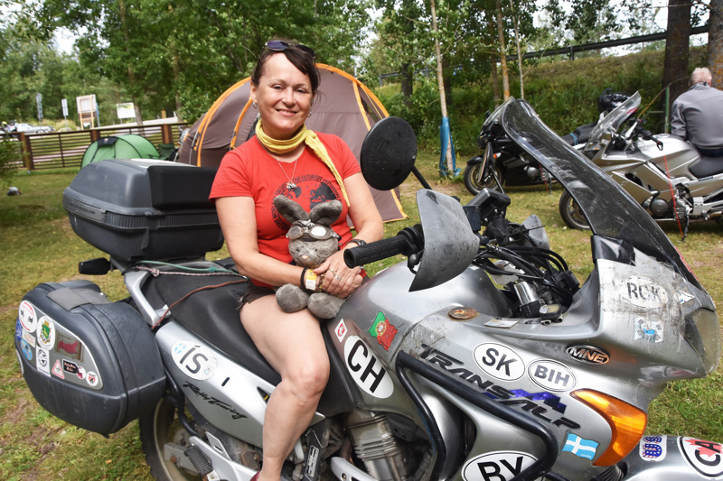 Minna Jokinen ajeli viikonloppuna Kirjavan Kierrokselle uskollisen reissukaverinsa Väinö-pupun kanssa. Väiski on kulkenut Minnan matkassa moottoripyörän selässä 17 vuotta.  Uskollinen on ollut myös kaksikon menopeli, Honda XL650V Transalp, joka on kahdeksan vuoden aikana hajonnut tien päälle vain kerran ja silloinkin kotimaassa.