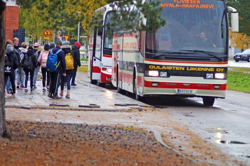 Nivala käyttää vuodessa noin 600 000 euroa koulukuljetuksiin. Vatjusjärven koululaisten kuljetuksista todennäköisesti tulee lisäkustannuksia, mutta toisaalta Nivala saa koululaisista valtionosuudet.