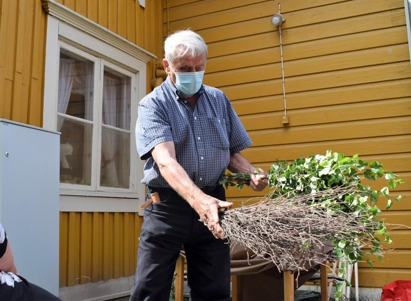 Hans-Erik Lindgren näytti, miten vihta rakennetaan pelkästä koivusta.
