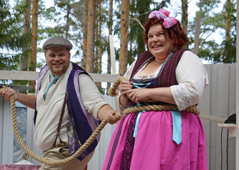 Tuomas (Matti Juntunen) ja Amalia (Enni Pekola) kuhertelevat.