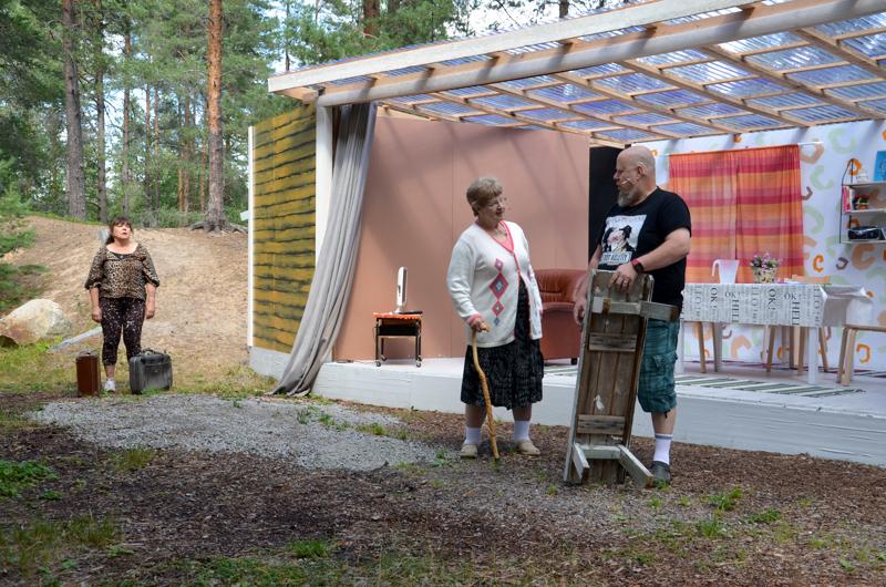 Unohdettuja asioita. Annin (Outi Koho, vasemmalla) ja Onnin(Heikki Aho, oikealla) elämä muuttuu, kun Annin muistisairas äiti (Seija Niemonen, keskellä) muuttaa pariskunnan luokse.