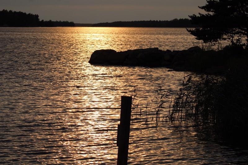Ilta-auringon värjäämä meri Öjan Brygganilla.