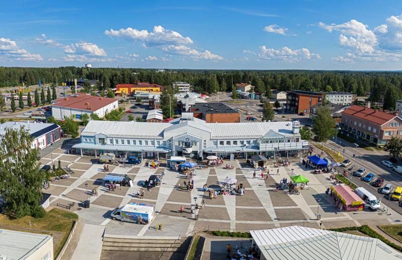Ihmisiä Suviyössä -tapahtumaa vietettiin uusitulla toriaukiolla.