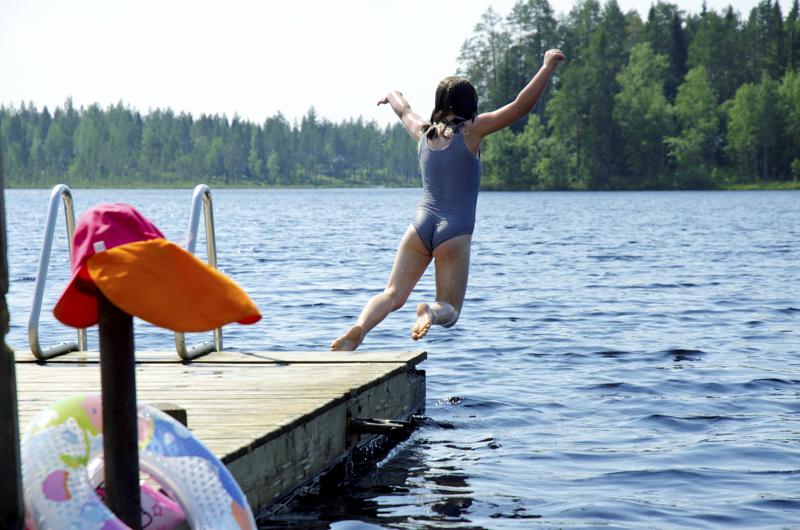 Etenkin pienet lapset ja lemmikkieläimet on syytä pitää poissa sinileväisestä vedestä. Ylivieskan, Sievin, Alavieskan ja Nivalan lämpimistä uimavesistä ei levähavaintoja ole ainakaan vielä tehty. Kuva Maasydänjärveltä.