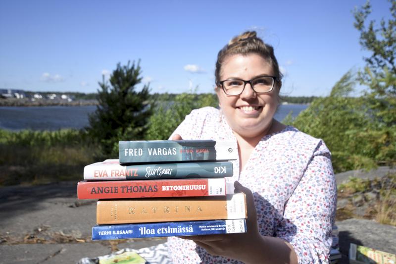 Kirjagrammaaja Tiia Oikarisen mieluisin lukupaikka kesällä on sukumökin terassilla Lohtajalla, kylmä Pepsi Max kädessä. Kesäisin hänet voi bongata lukemasta myös Halkokarin rannalta.