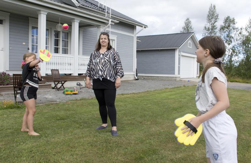 Leena seuraa tyttäriensä Vilman ja Lauran pallopeliä.