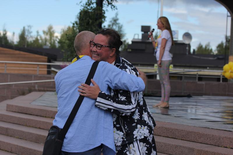 Täydenkuun Tanssien taiteellinen johtaja Alpo Aaltokoski halasi Kulta ry:n pääsihteeri Rosa Meriläistä tunteikkaan avauksen päätteeksi.