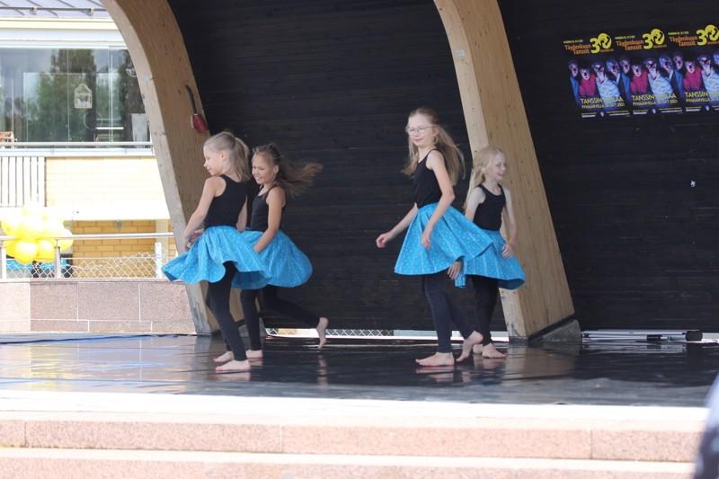 Festivaalit avattiin vauhdikkaasti, kun lavalle tanssahteli joukko nuoria taiteilijoita.