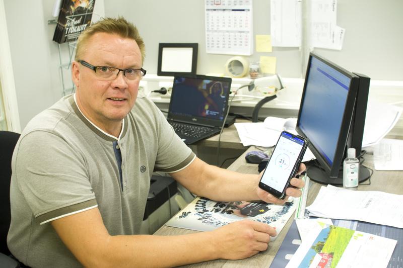 Marko Mäellä on puhelimessaan sovellus, jolla hän pystyy säätämään missä tahansa kotinsa ilmalämpöpumpun asetuksia.