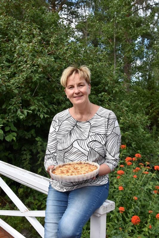 Onnea! Nimipäiväsankari Leena Koivisto leipoi Leenan päivän lakkapiirakkaa itse poimituista linteistä.