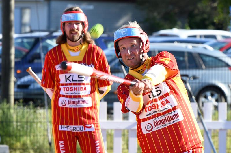 Jani Moilanen oli Kuulan ykköspalkittu. Taustalla lyöntiä seuraava Juho Haapakoski sai toisen palkinnon.