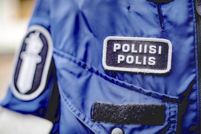 Vapaa-ajalla ollut poliisi oli yrittänyt estää humalaista kuljettajaa lähtemästä ajoon Pedersöressä, mutta tämä oli ohjannut autonsa poliisia kohti.