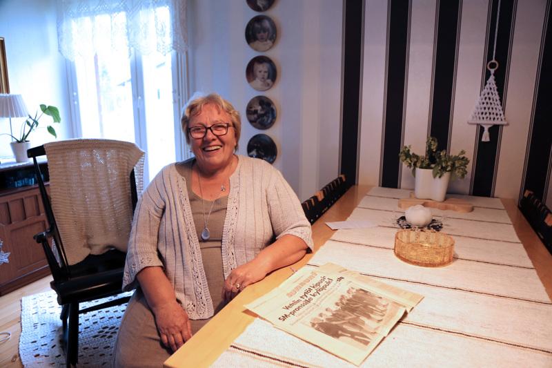 Leena Huusko kaivoi vanhan lehtileikkeen pöydälle. Jutussa kerrottiin Isonkylän tyttöjen pesäpallojoukkueesta, joka niitti 60-luvulla mainetta.