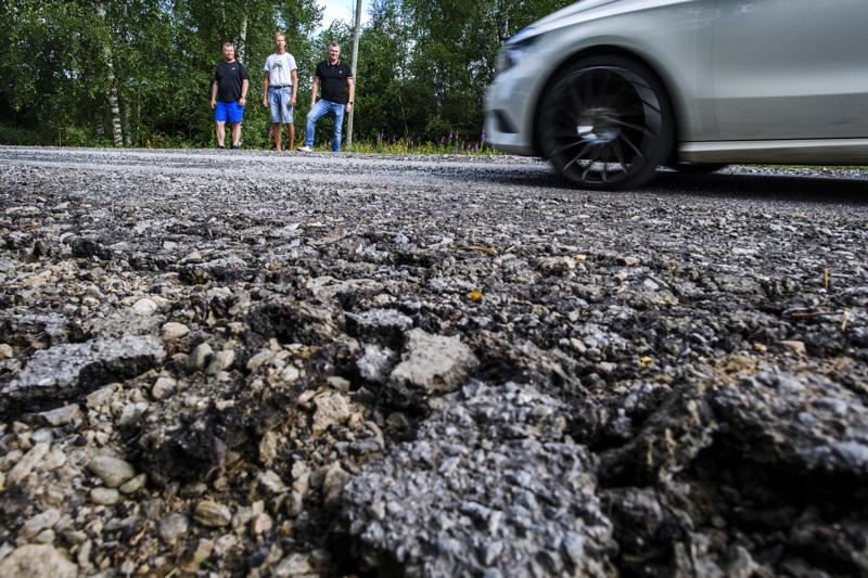 Pirskerintien tiehoitokunnan edustajat Jaakko Eloranta, Pasi Herronen ja Olli-Matti Airiola. Tien asfaltointi on ollut monen vuoden haave.