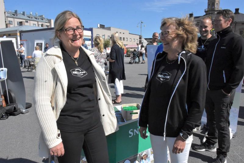 Snellmanillakin on huomattu työnhakijamäärien harventuneen. Rekrytointitapahtumassa Pietarsaaren torilla työtilaisuuksista kertoivat Lena Holmberg ja Ann-Mari Eklund.