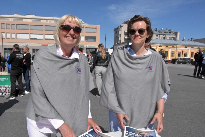 Pia Nyman ja Pia-Maria Sjöström pystyisivät palkkaamaan saman tien lukuisia hoitajia Pietarsaaren sosiaali- ja terveysvirastoon.
