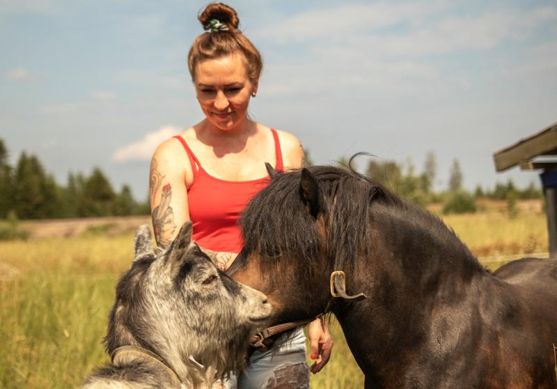 Leenalla on kotieläiminä muun muassa kaksi vuohta ja poni.