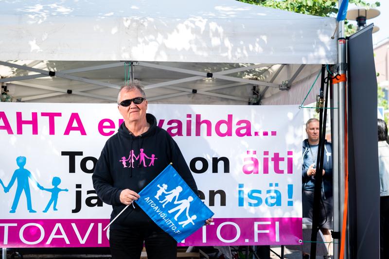 Aito avioliitto -yhdistyksen hallituksen vantaalainen puheenjohtaja Arto Jääskeläinen. Tiistaina ja keskiviikkona yhdistys kampanjoi Kokkolassa.