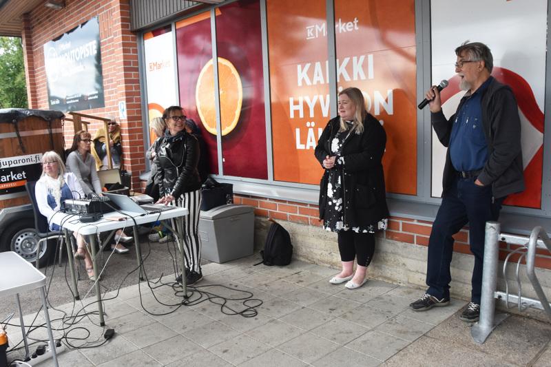 Reijo Tuppurainen esitti karaokekerhon keikalla Esko Rahkosen kappaleen Hänelle jota rakastan.