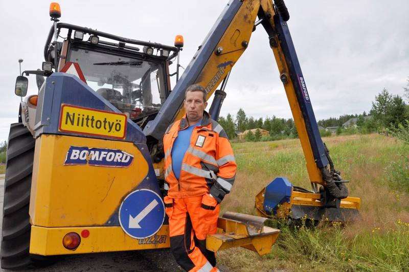 Niittourakoitsija Pentti Tavasti kertoo, että sähköpotkulaudoista on Kalajoen keskustassa ollut vaaratilanteita joka päivä.