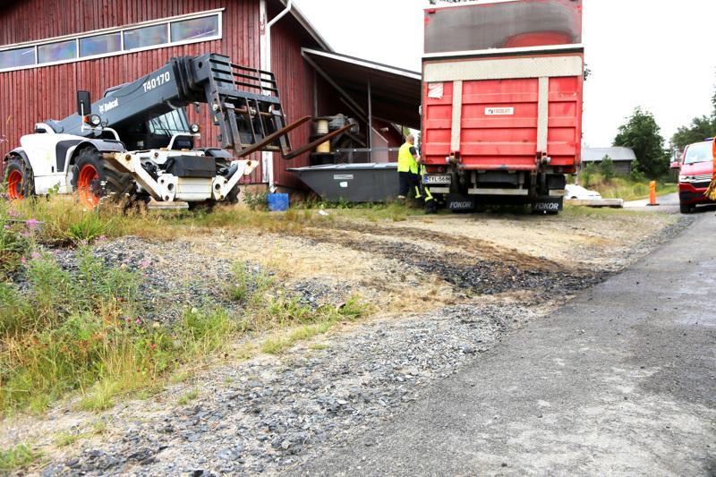 Työkone oli päästänyt öljyä maahan Vetelin Tunkkarilla. Pelastuslaitos sai tapahtumasta ilmoituksen torstaina puolen päivän jälkeen ja paikalta poistettiin muutama kuutio saastunutta maa-ainesta.