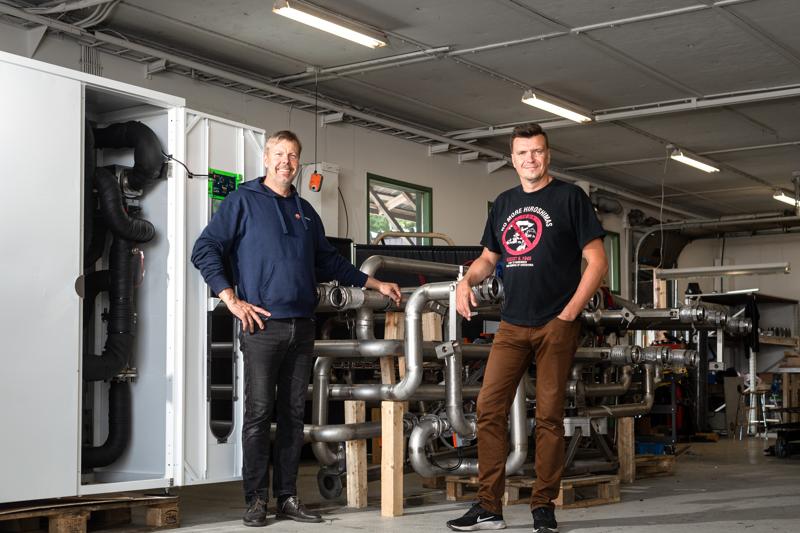 Heliostoragen Mats Manderbacka ja Mathias Nylund esittelevät lämpökentän ohjainta ja lämpökeskusta yrityksen toimitiloissa Sokojalla.