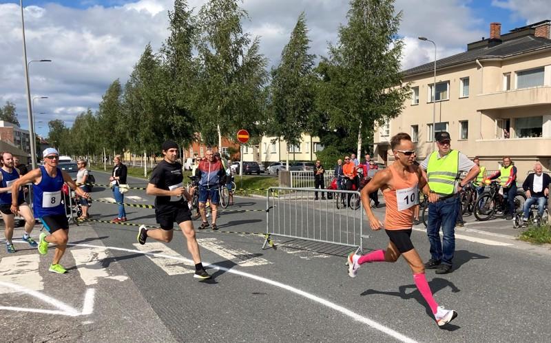 Jonathan Salo (10) pyyhälsi alussa kärkeen ja Juha Laitinen (8) seurasi perässä.