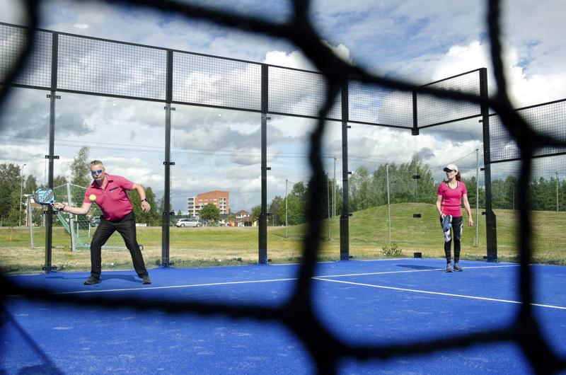 Petri Sipilä ja Anne Sipilä pelaavat padelia ensimmäistä kertaa. He ovat katsoneet Youtubesta mallia ja säännöt tuntuvat olevan jo hyvin mielessä.