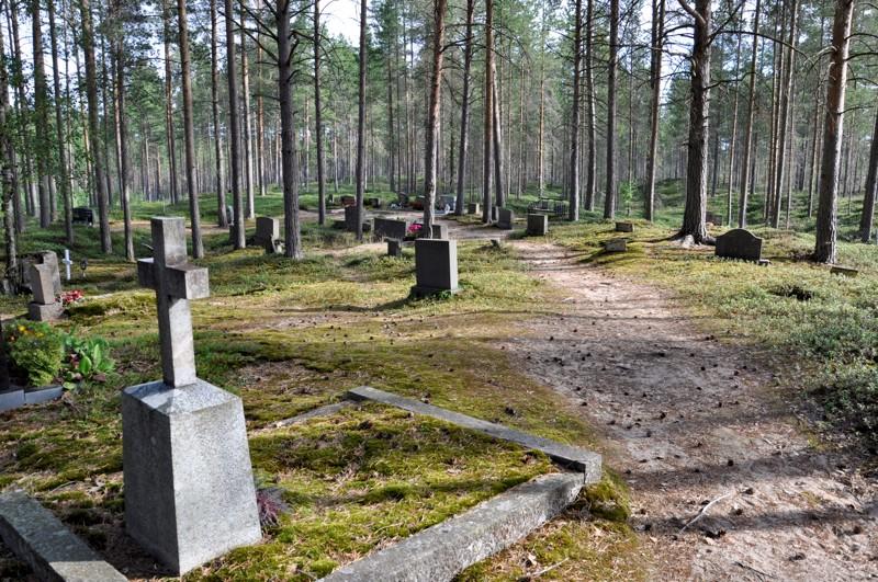 Rahjan kaunis hautausmaa sijaitsee hiekkaisella mäntykankaalla.
