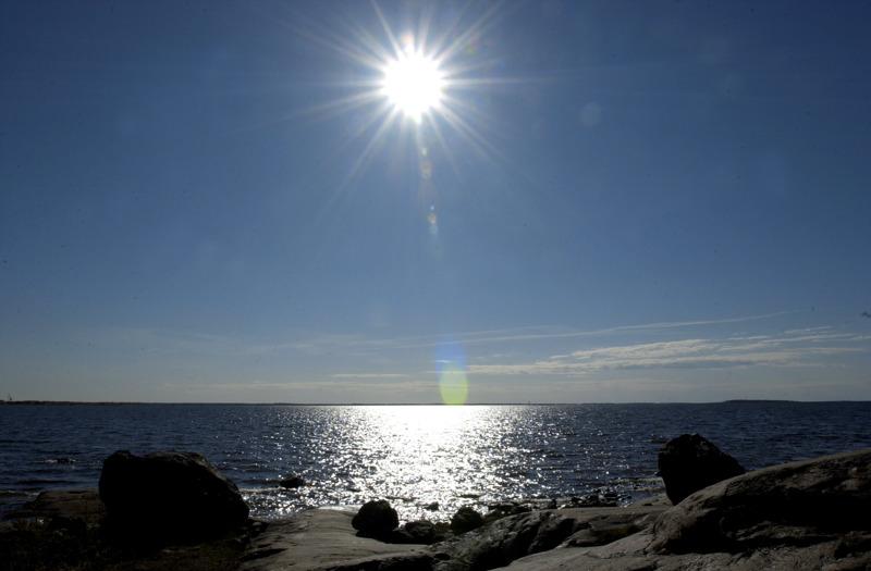 Aurinkoa liki pilvettömältä taivaalta. Tämänkaltaista säätä on odotettavissa alkuviikolle.